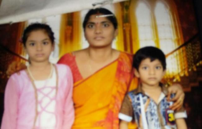 Mother Commits Suicide Along With Two Children - Sakshi