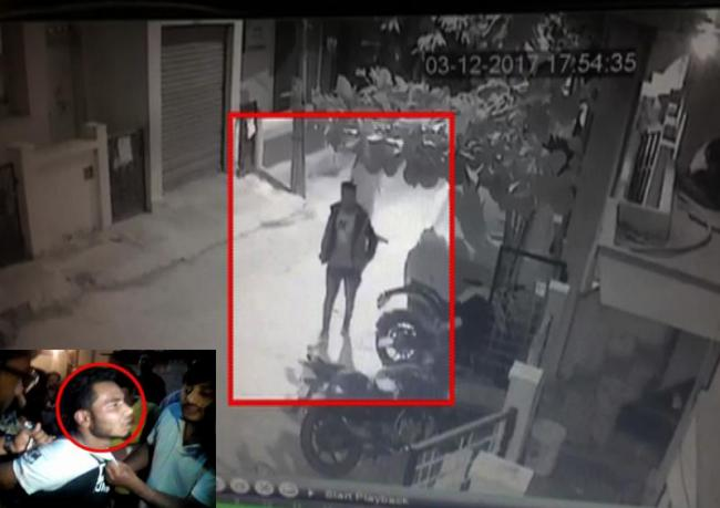 Thief Arrested In live CCTV footage - Sakshi