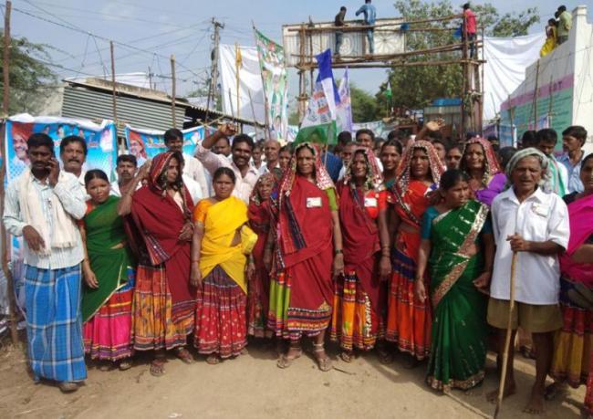 Tribal Womens Meet Ys Jagan In Praja sankalpa yatra - Sakshi