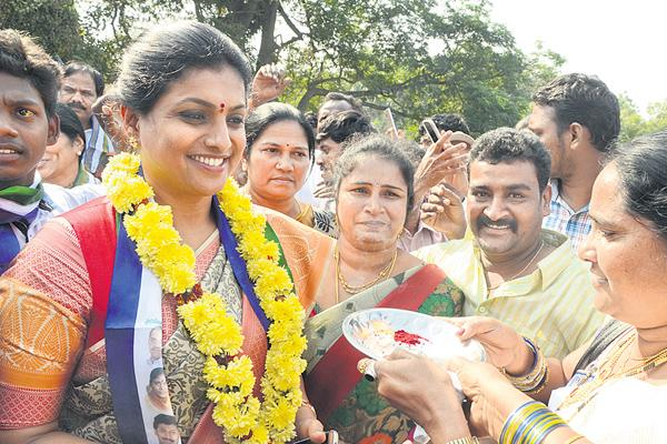 roja commented on pavan kalyan - Sakshi