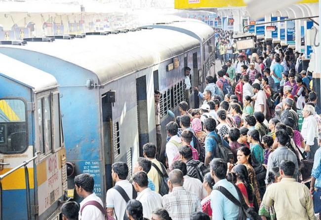 Theft in suburban train at kavarpetai - Sakshi