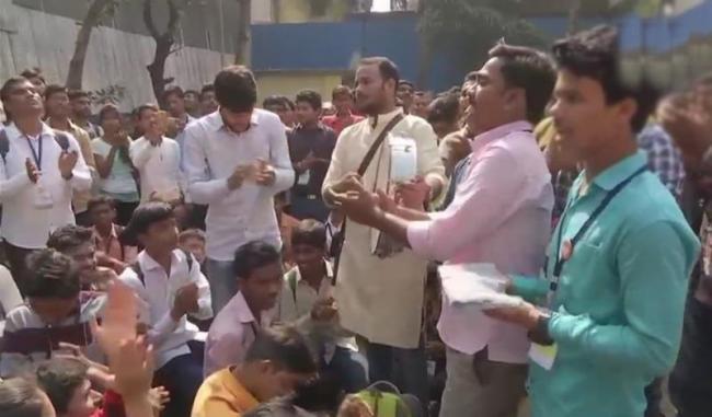 Protesters block Rajkot-Somnath National Highway - Sakshi