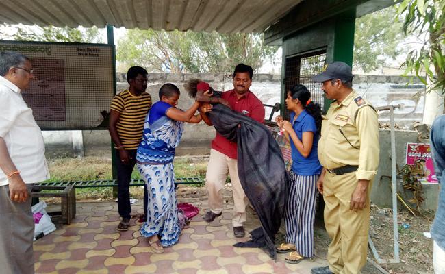 sons leav mother on road side in guntur - Sakshi