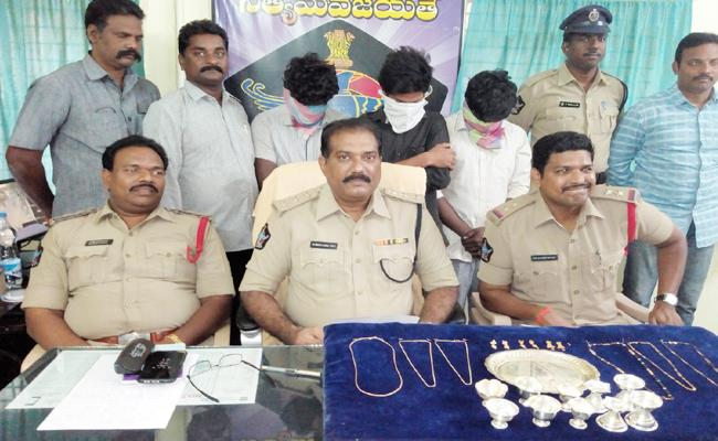 students arrested in robbery case - Sakshi