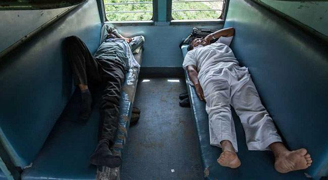 Passengers Punish Man For Snoring On  LTT-Darbhanga Pawan Express - Sakshi