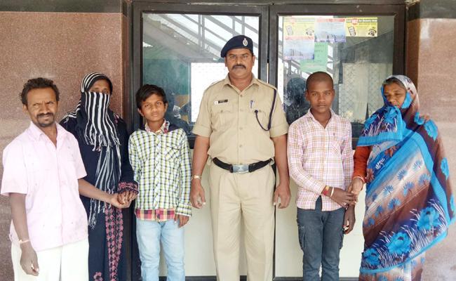 rpf police catched two kids in Nadikudi railway station - Sakshi