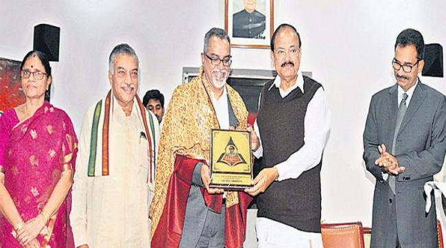 Nr chandhur award to the Narisetti raju - Sakshi
