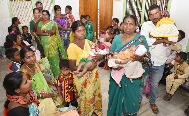 Childrens sufering Viral Fevers in kamareddy - Sakshi