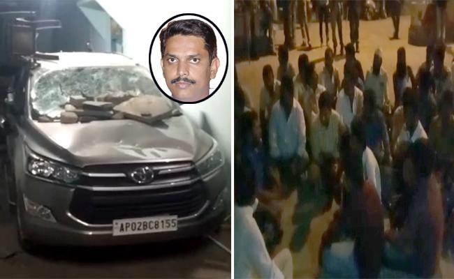 jc followers attacks ysrcp leader in ananthapur - Sakshi