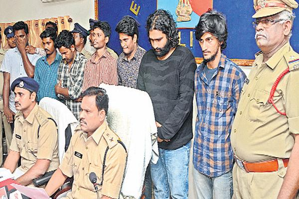 Seven arrested by cheating women - Sakshi