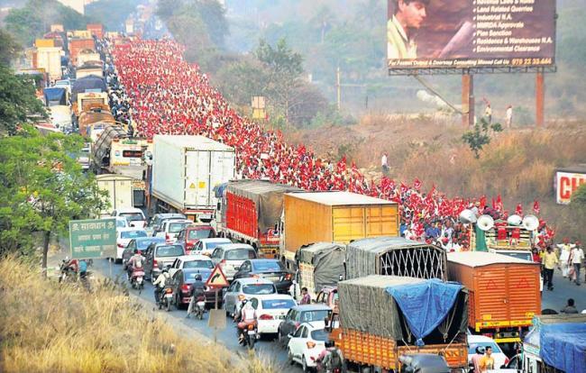 Maharashtra farmers' rally enters Mumbai, to lay siege to Vidhan Bhavan - Sakshi