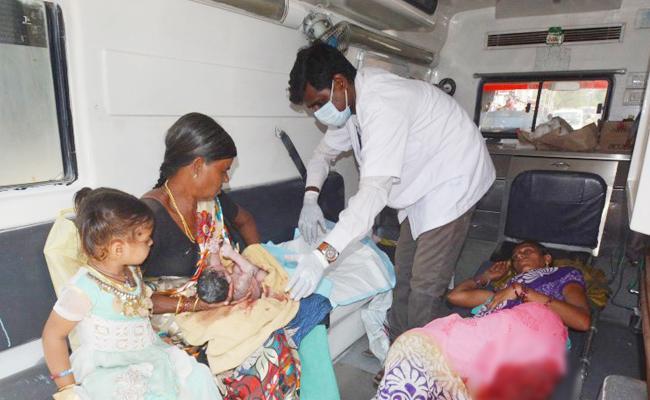 Pregnant woman deliver in busstand - Sakshi