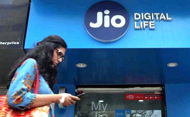 Jio Offers Cashback Of Up To Rs 700 On These Prepaid Plans - Sakshi