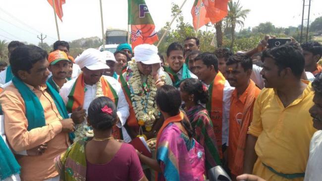 bjp leaders comments on trs mp kavitha - Sakshi