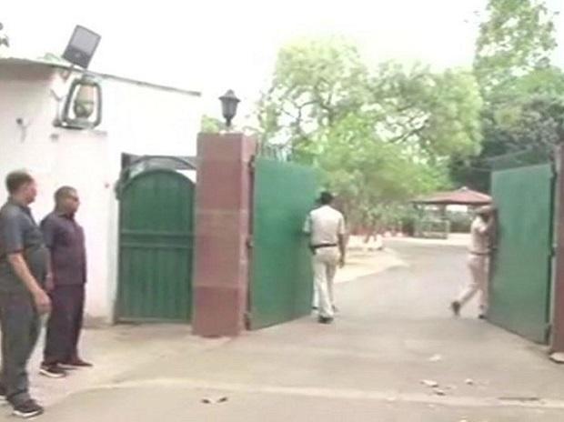 Railway tender case: CBI raids Rabri Devi, questions Tejashwi Yadav - Sakshi