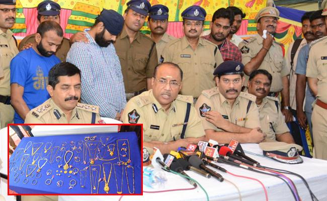 Railway Cops Arrested Thieves In VIjayawada Railway Station - Sakshi