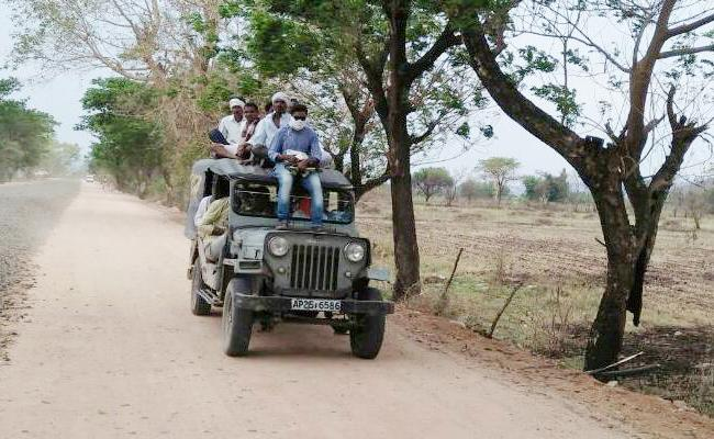 Heavy Passengers Travels In Jeeps And Autos - Sakshi