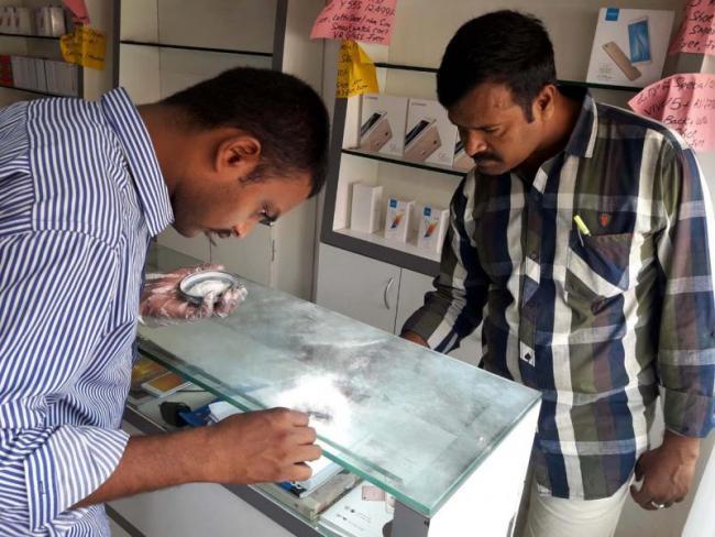 People Beware Of Robbers Police Suggestion - Sakshi