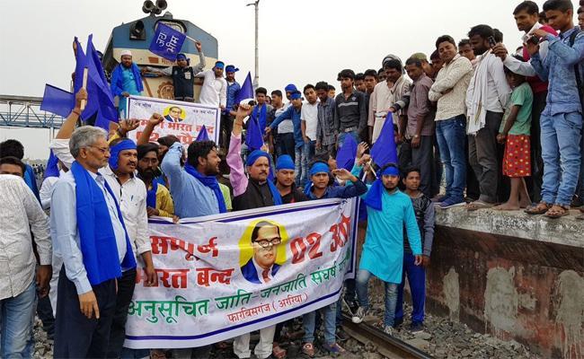 Violent protests in Agra during bharat bandh - Sakshi