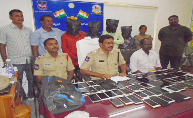 Cell Phones Thrifts Gang Arrested In Jadcherla - Sakshi