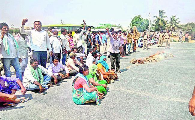 Farmers Staged A Rastha Roko In Suryapet Market - Sakshi