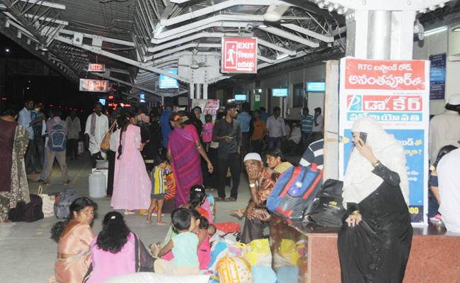 Prashanthi Express Two Hours Late In Ananhtapur Station - Sakshi