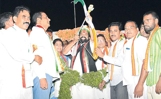 Congress Leaders Fires On TRS Government - Sakshi