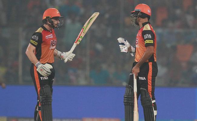 Sunrisers beat Delhi daredevils to confirm playoff berth - Sakshi