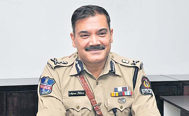Constable Daughter Requesting Hyderabad Police Commisioner Anjani Kumar - Sakshi