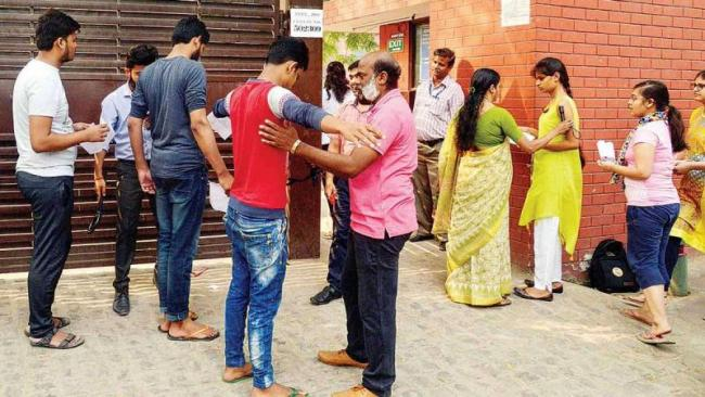 Polytech hopefuls brave shirtless exam in Bihar - Sakshi