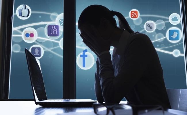 Checking Social Media After 10 pm Leads To Depression, Loneliness - Sakshi