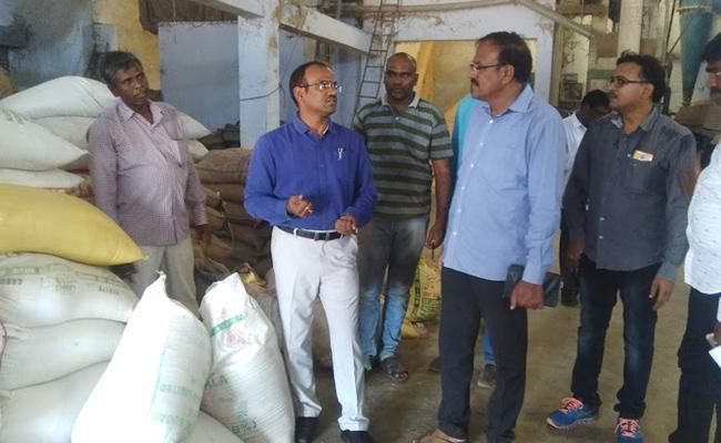Vigilance attack On Kavali Fruits Markets - Sakshi