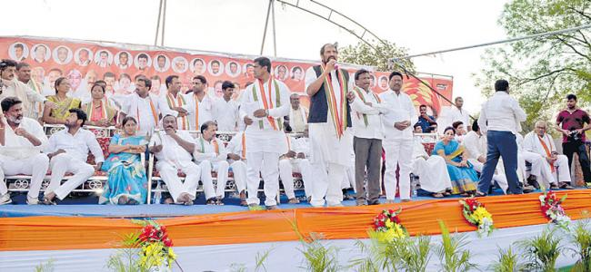 Uttam asks Tribals to fight for their rights against TRS - Sakshi