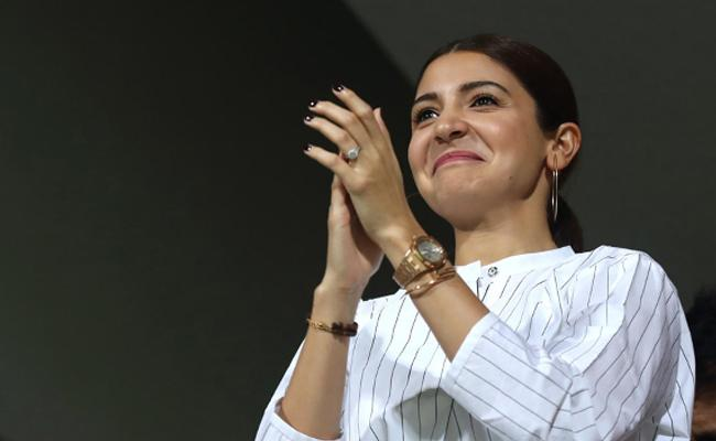 Anushka Sharma super excited With RCB Win Against SRH - Sakshi