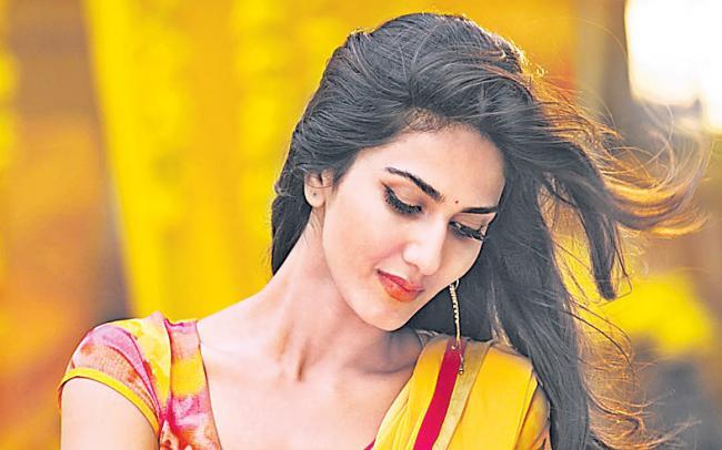 Vaani Kapoor to romance Ranbir Kapoor  - Sakshi