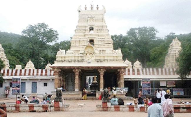 Mahanandi Temple Staff Insult To Devotees In Kurnool - Sakshi