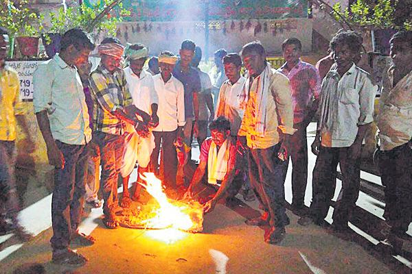Farmers fired on price reduction - Sakshi
