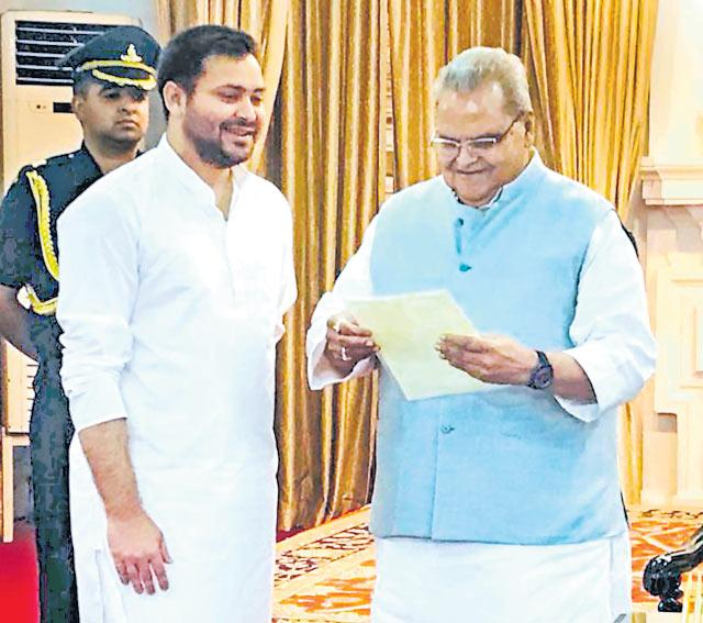 Tejashwi meets Bihar Governor, formally stakes claim to form government in the state - Sakshi