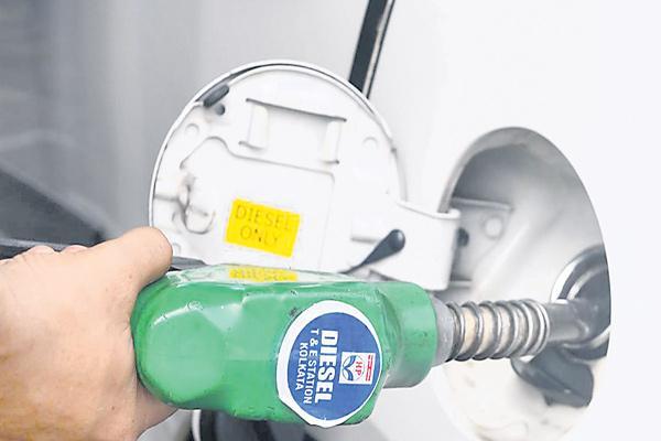 Oil PSUs freeze fuel prices ahead of Karnataka polls - Sakshi