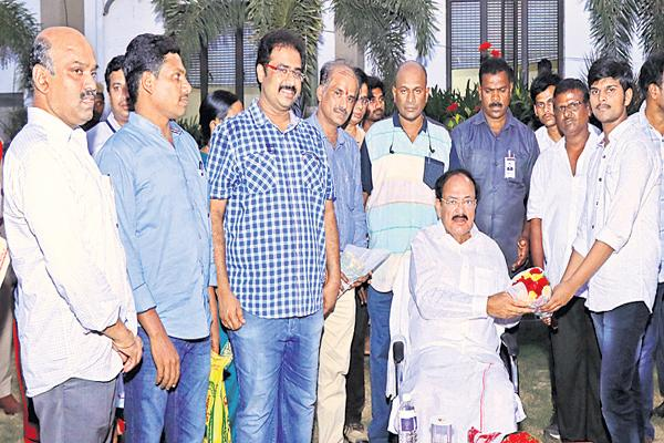 Vice-President Venkiah Appreciation to the Bhashyam students - Sakshi