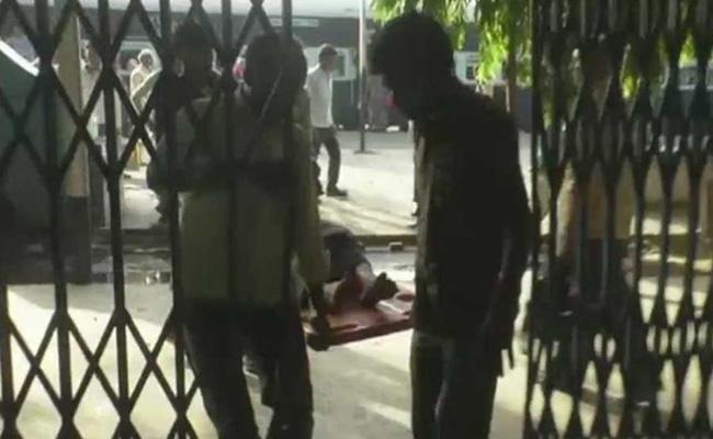 Woman Gives Birth At Railway Station Newborn Dies - Sakshi