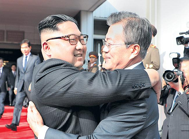North and South Korean leaders hold surprise meeting - Sakshi