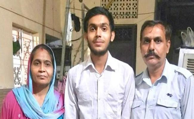 DTC Driver Son Prince Kumar Tops CBSE Class 12 Results In Science Stream - Sakshi