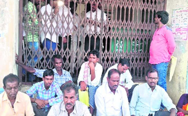 Revenue officers are detained - Sakshi