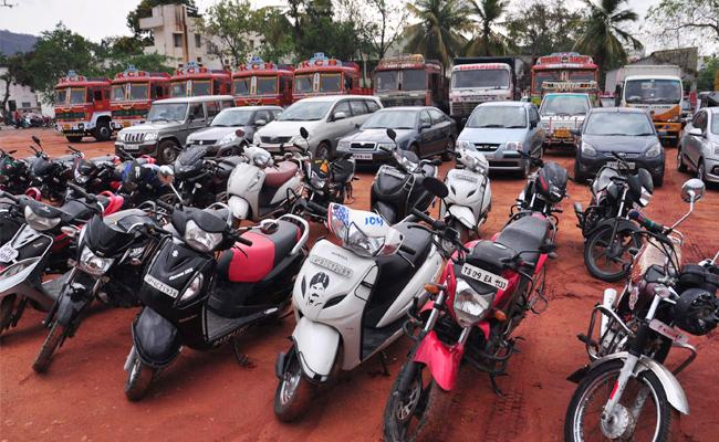 Two Wheelers Coming Without Driving License On Road Vijayawada - Sakshi