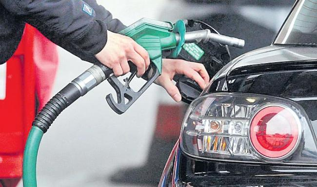 Petrol, diesel price cut revised to 1 paisa a litre - Sakshi
