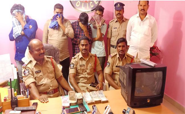 Cricket Betting Gang Arrested In Kurnnol - Sakshi