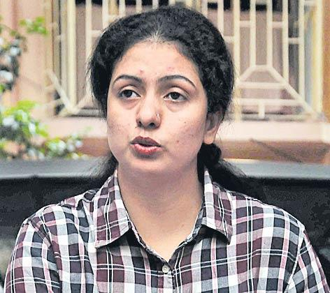 Mohammed Shami's wife Hasin Jahan visits his native village in UP, demands his house lock to be broken - Sakshi