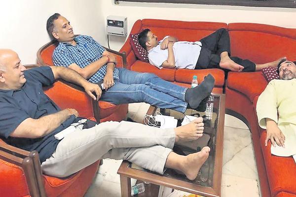 Arvind Kejriwal, 3 ministers dig in for long vigil at LG's home - Sakshi