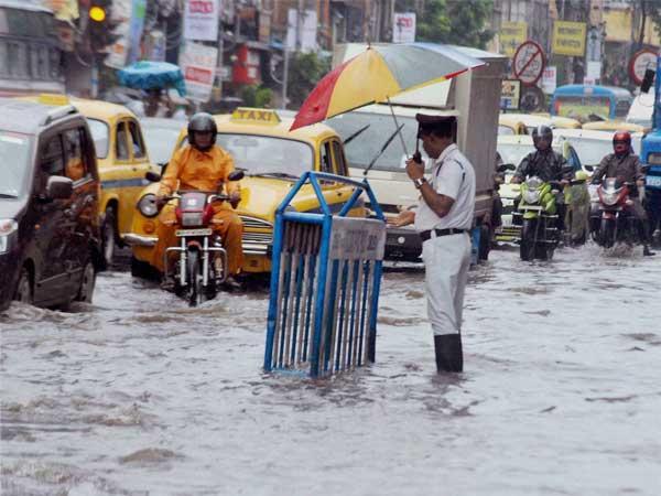 Kolkata Struggling With Heavy Rains - Sakshi